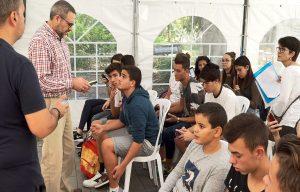 Miquel Serra probando la aplicación con los asistentes en la Miniferia de Tenerife.
