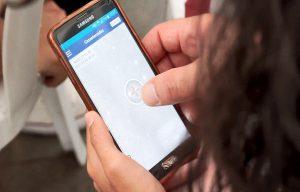 Teléfono móvil de uno de los asistentes mientras prueba la aplicación Cazasteroides